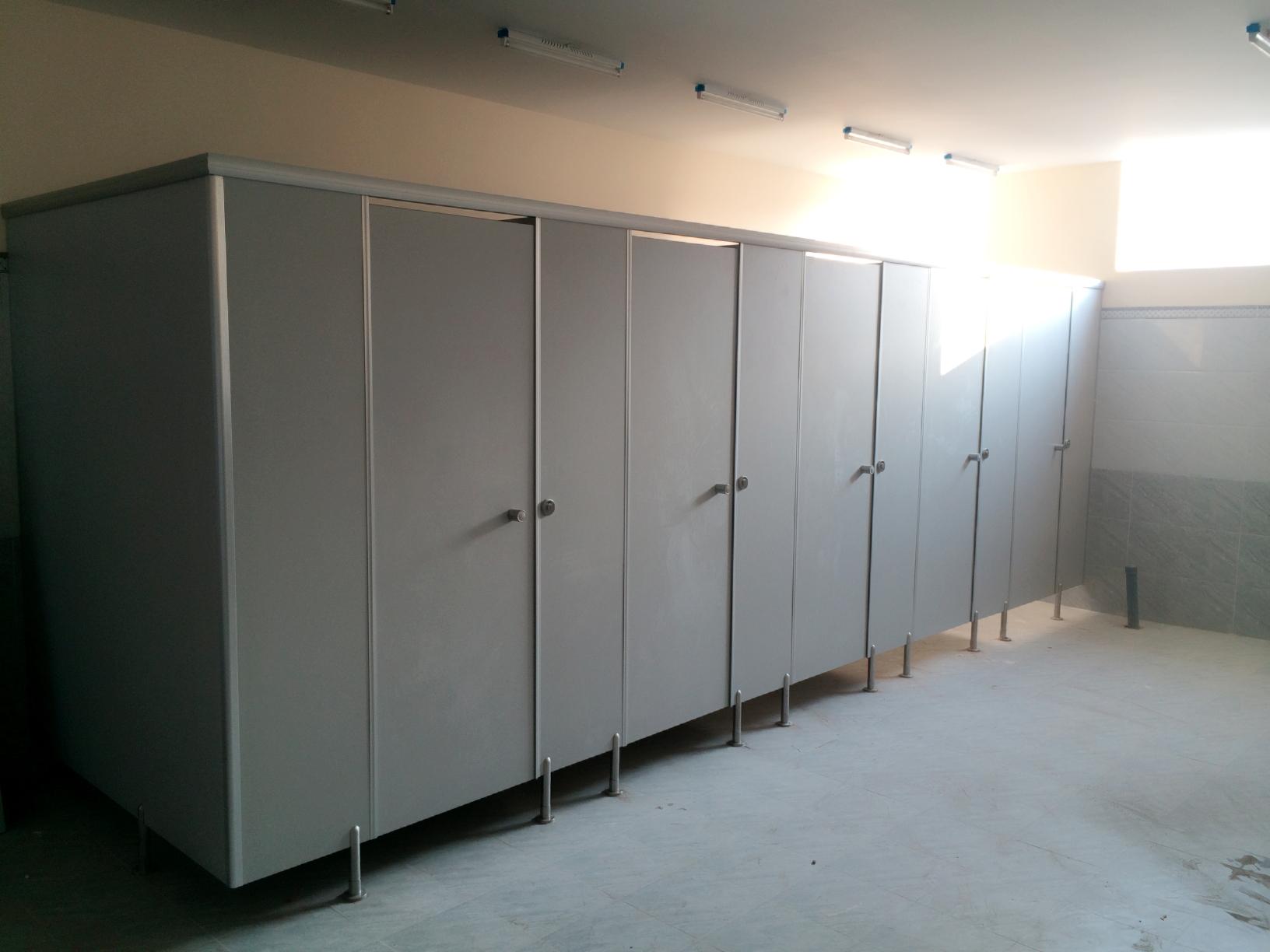 Vách ngăn vệ sinh tấm compact HPL đã được hoàn thiện