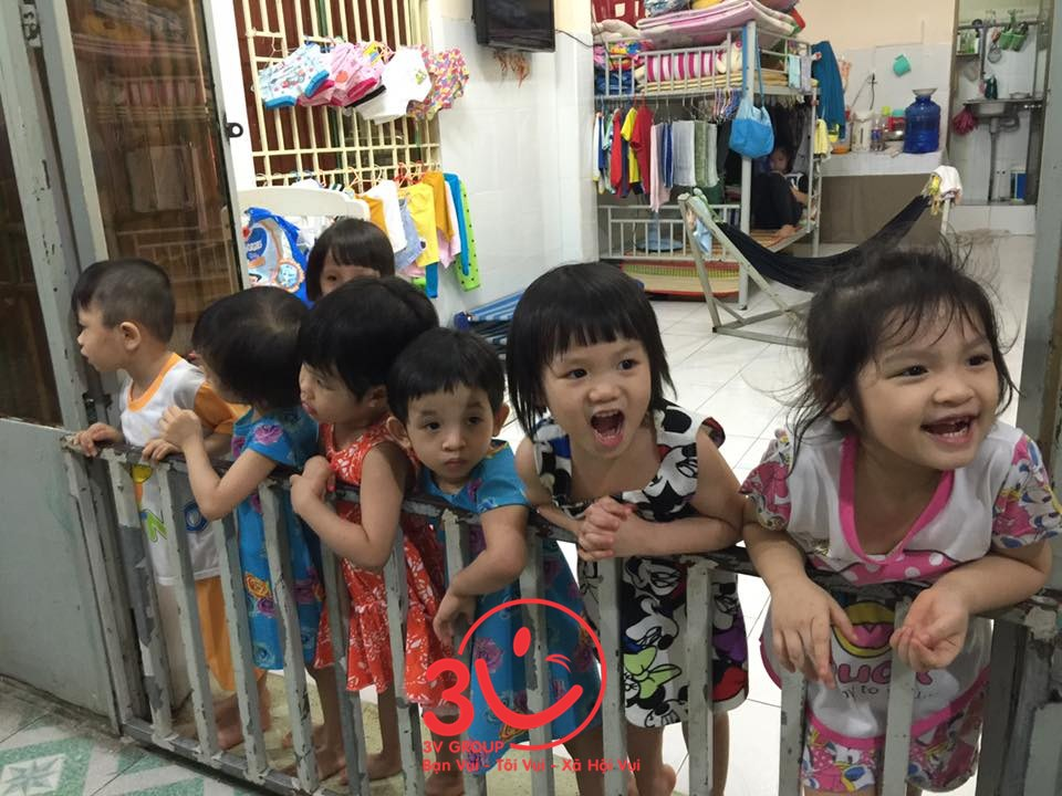 Nhìn nụ cười các em thơ, ánh mắt rạng rỡ niềm vui sướng khi nhận những món quà, mọi mọi người trong đoàn ai cũng cả thấy ấm lòng