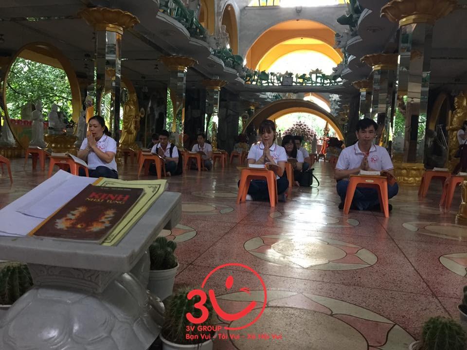 Ông Lê Đức Hà cùng nhân viên 3V vào Chánh điện cầu nguyện và tham quan. Mọi người cùng tịnh tâm đọc kinh Phật
