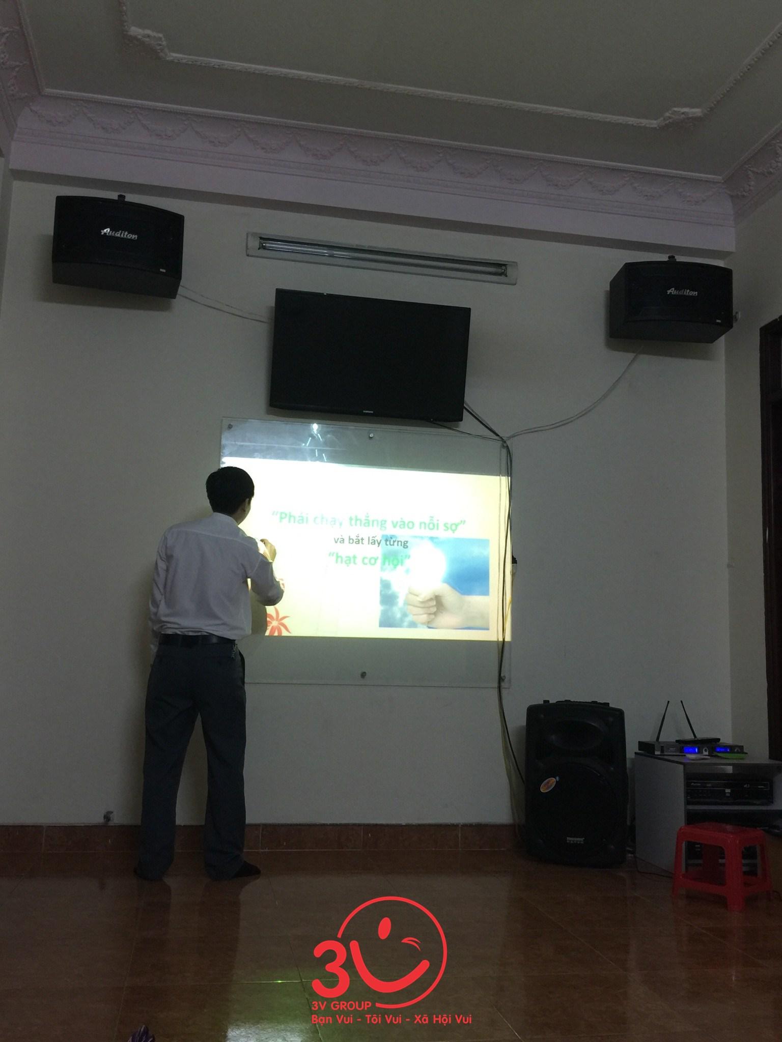 Tổng Giám đốc Lê Đức Hà cùng toàn thể nhân viên 3V cùng nhau ngồi lại nhìn lại kết quả một tuần làm việc vừa qua