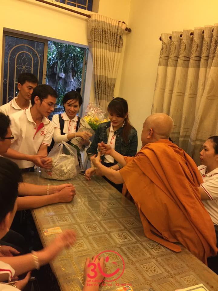 Mọi người may mắn tham dự chuyến đi đều được nhận Lộc bình an từ những chuỗi vòng Trụ trì trao tặng