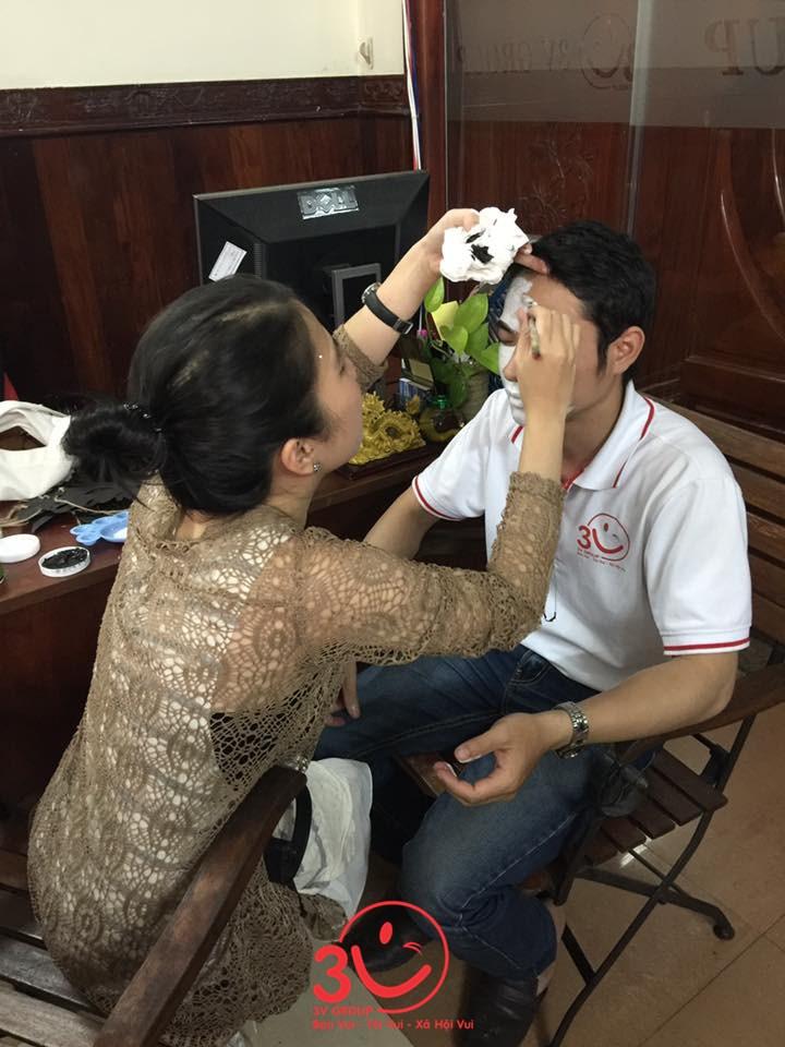 Các nhân viên được chuyên gia makeup trang điểm sao cho ấn tượng nhất, đáng sợ nhất để cùng tham gia lễ hội hóa trang vào buổi party tối