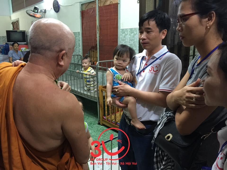 Tổng giám đốc Lê Đức Hà xúc động khi nghe trụ trì chia sẻ hoàn cảnh các em nhỏ