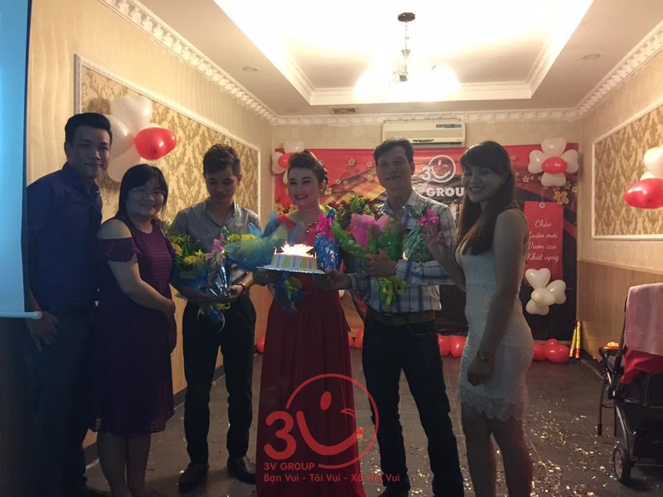 Nhân viên có sinh nhật trong tháng 12 cũng được tổ chức sinh nhật trong dịp này với bánh kem, nến, hoa cùng các phần quà ý nghĩa.