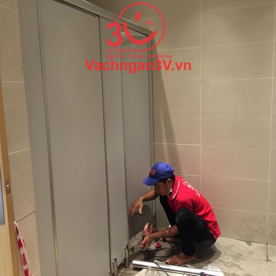 Nhân viên đang làm vách ngăn nhà vệ sinh