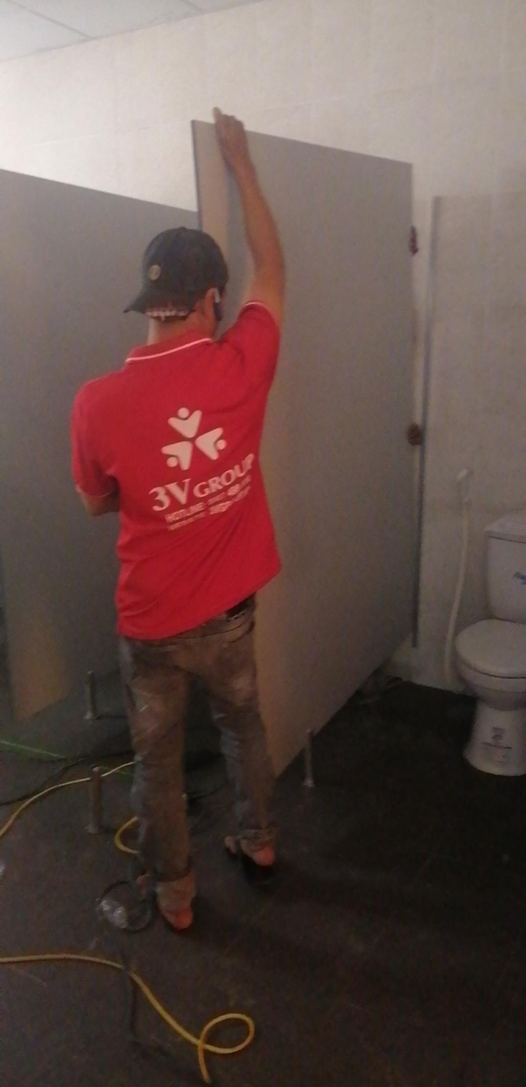 Nhân viên đang thi công vách ngăn vệ sinh