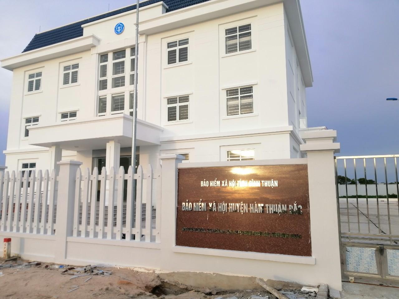 Thi công tấm compact Laminate tại Bảo hiểm xã hội huyện Hàm Thuận Bắc, Ninh Thuận