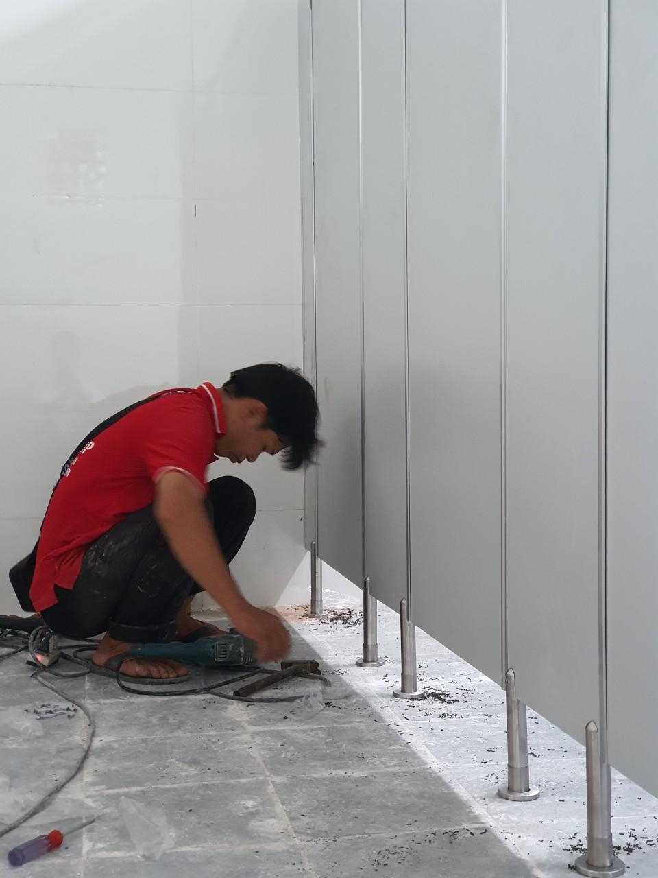 Vách ngăn toilet compact tại Trường Tiểu học Lê Hồng Phong, Sóc Trăng