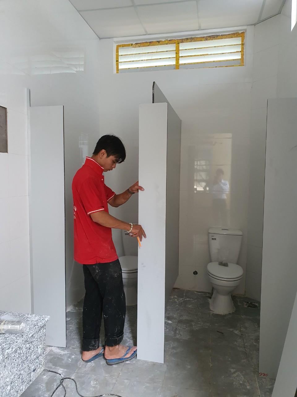 Vách ngăn toilet compact