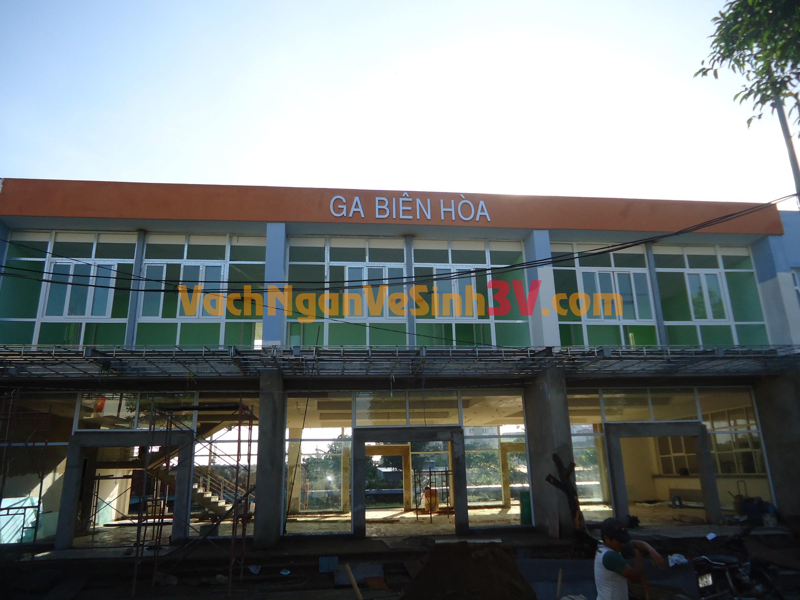 3V GROUP Thi công vách ngăn vệ sinh tại Nhà Ga – Biên Hòa – Đồng Nai