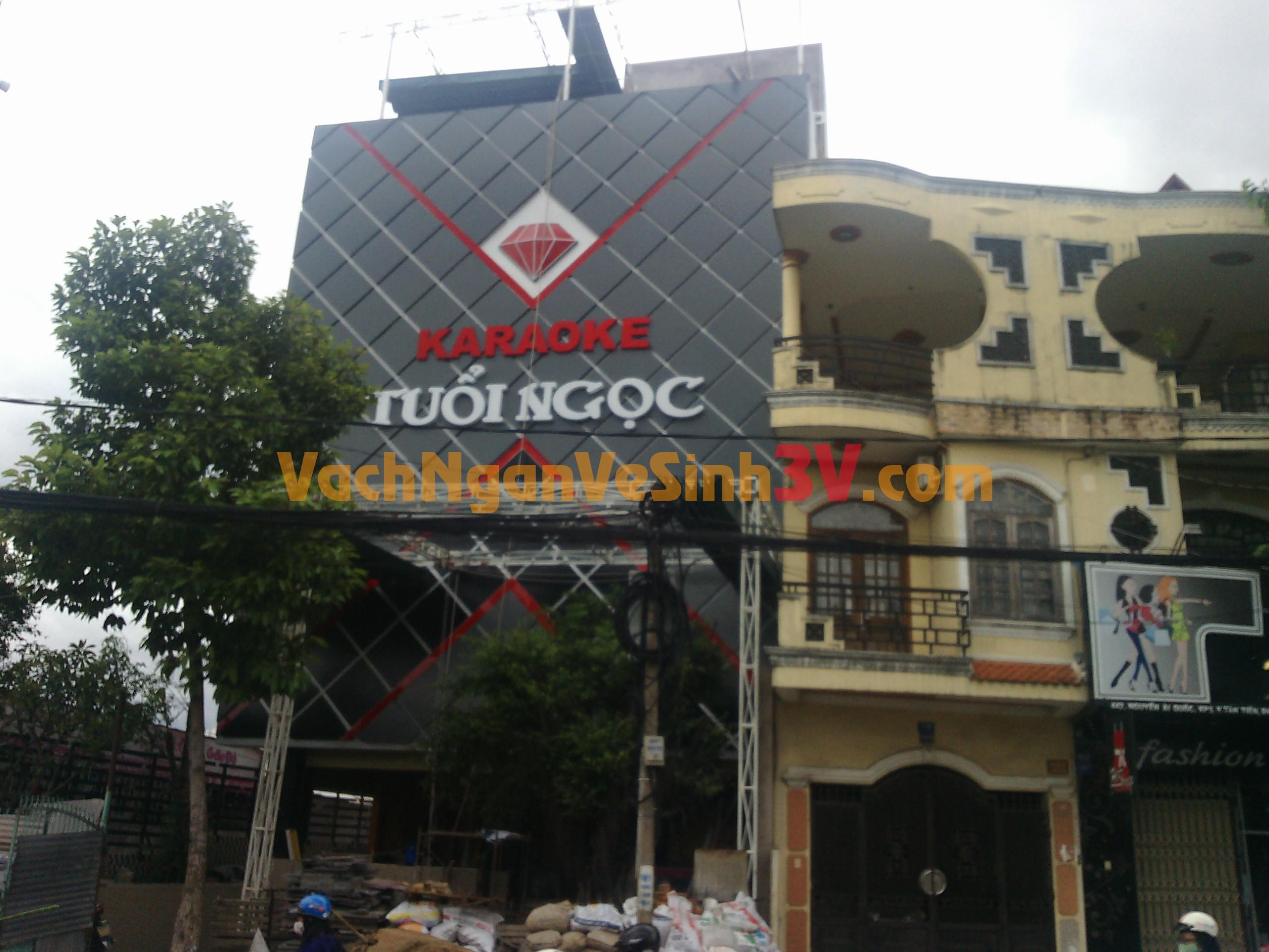 Vách ngăn nhà vệ sinh tại Quán karaoke Tuổi Ngọc, Biên Hòa, Đồng Nai