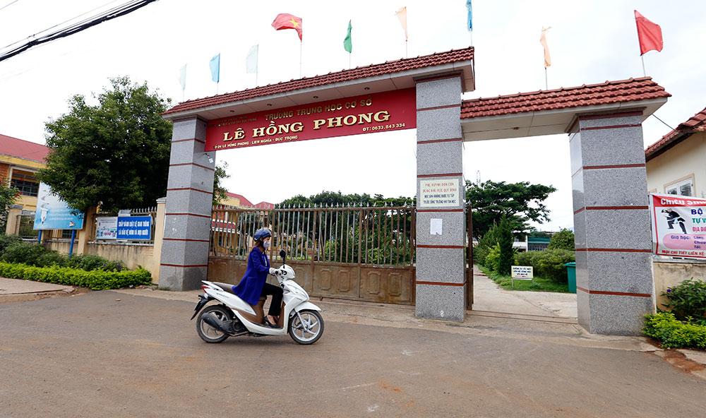 Thi công vách ngăn nhà vệ sinh Trường THCS Lê Hồng Phong, Quảng Nam