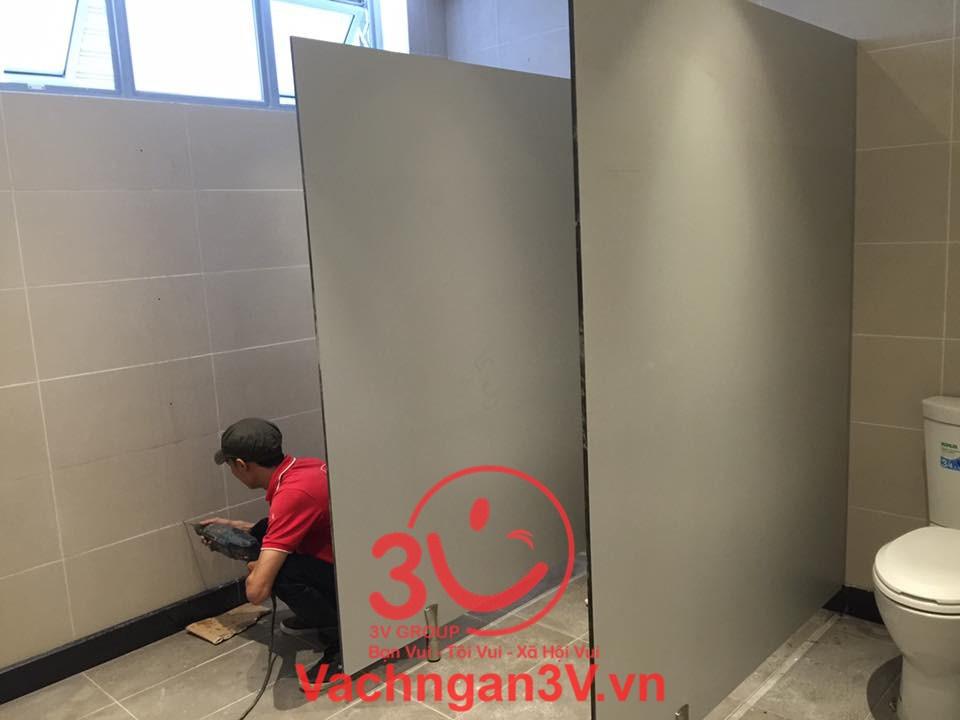 Thi công vách ngăn wc để bàn giao cho khách hàng