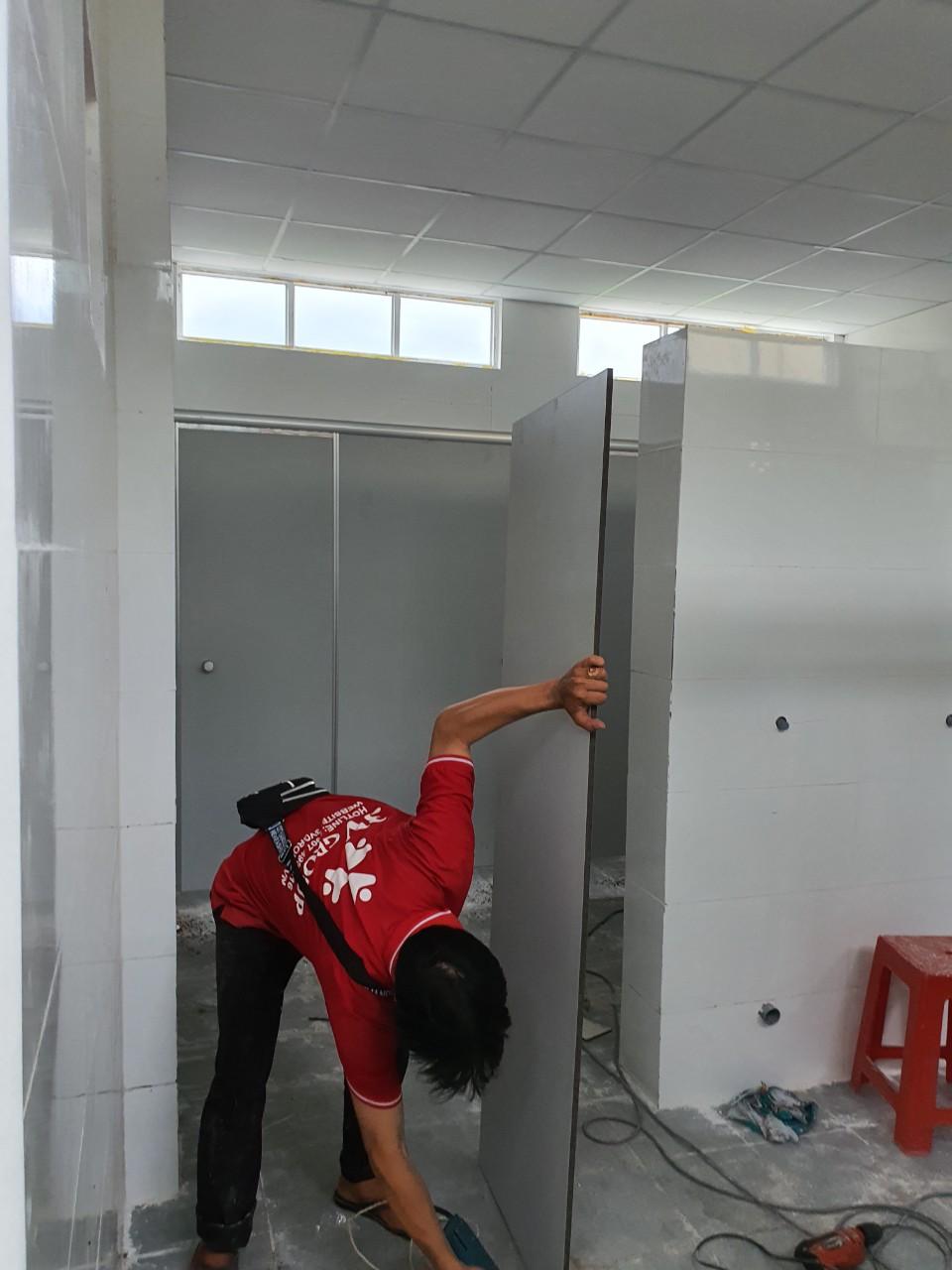 Thi công vách ngăn vệ sinh bằng nhựa tại Trường Trung học Cơ sở Phường 3, Sóc Trăng