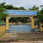 Tấm vách ngăn nhà vệ sinh tại trường Trung học cơ sở Kế Sách, Sóc Trăng