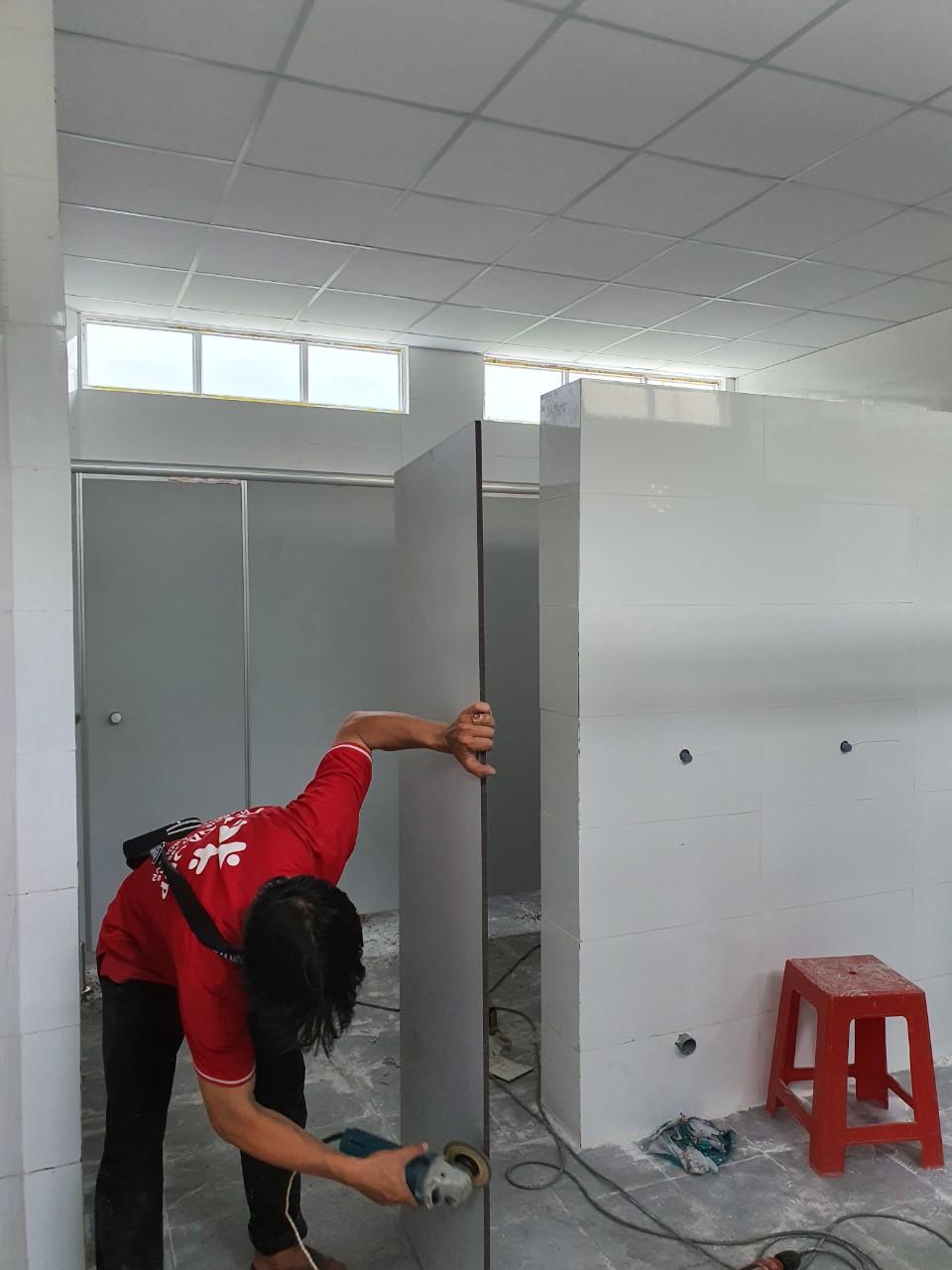 Vách ngăn wc compact hpl tại trường Tiểu học Lâm Thành Hưng